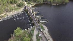 Vista aerea di piccola diga sul fiume stock footage