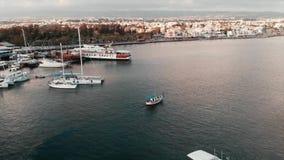 Vista aerea di piccola navigazione bianca del peschereccio al mare aperto al tramonto nell'ora legale archivi video