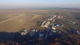 Vista aerea di piccoli case e campi di grano stock footage