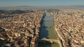 Vista aerea di Ponte famoso Vecchio ed altri ponti sopra il fiume di Arno a Firenze, Italia archivi video