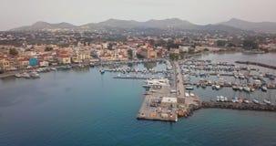 Vista aerea di porta greca di Aegina al tramonto, Grecia archivi video