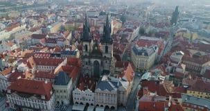 Vista aerea di Praga e Kostel della nostra signora prima di Tyn, Praga, repubblica Ceca, vista aerea stock footage