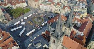 Vista aerea di Praga e Kostel della nostra signora prima di Tyn, Praga, repubblica Ceca, vista aerea archivi video