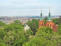 Vista aerea di Praga, repubblica Ceca, con la st Laurence della chiesa nella priorità alta Immagini Stock Libere da Diritti