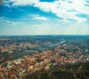 Vista aerea di Praga sopra il fiume della Moldava fotografia stock libera da diritti