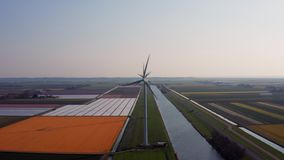Vista aerea di produzione di energia dei generatori eolici archivi video