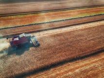 Vista aerea di raccolto meccanico di agricoltura della mietitrebbiatrice Immagini Stock
