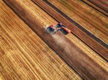 Vista aerea di raccolto meccanico di agricoltura della mietitrebbiatrice Fotografie Stock Libere da Diritti