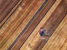 Vista aerea di raccolto meccanico di agricoltura della mietitrebbiatrice fotografia stock