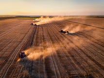 Vista aerea di raccolto meccanico di agricoltura della mietitrebbiatrice Immagine Stock
