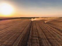 Vista aerea di raccolto meccanico di agricoltura della mietitrebbiatrice Fotografia Stock Libera da Diritti