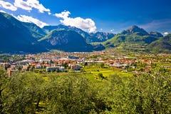Vista aerea di Riva del Garda e delle alpi italiane nel Tirolo del sud con riferimento a Fotografia Stock