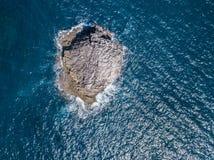 Vista aerea di roccia nel mare Immagine Stock