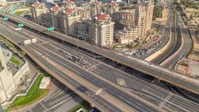 Vista aerea di scambio della strada principale nel timelapse del centro di mattina del Dubai archivi video