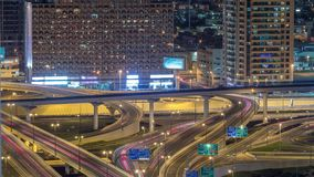 Vista aerea di scambio della strada principale nel timelapse del centro di notte del Dubai archivi video