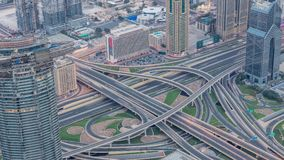 Vista aerea di scambio della strada principale nella notte del centro del Dubai al timelapse di giorno video d archivio