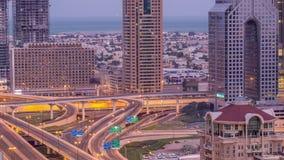 Vista aerea di scambio della strada principale nella notte del centro del Dubai al timelapse di giorno archivi video