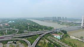 Vista aerea di scambio della strada principale in ponte di Nanchino il fiume Chang Jiang video d archivio