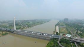 Vista aerea di scambio della strada principale in ponte di Nanchino il fiume Chang Jiang stock footage