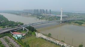 Vista aerea di scambio della strada principale in ponte di Nanchino il fiume Chang Jiang archivi video