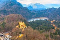Vista aerea di Schloss del castello di Hohenschwangau con il lago e le alpi bavaresi Fotografia Stock