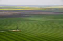 Vista aerea di singolo pozzo di petrolio nel campo verde Immagine Stock