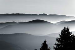 Vista aerea di sollievo nebbioso delle montagne Immagini Stock