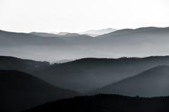 Vista aerea di sollievo nebbioso delle montagne Fotografia Stock