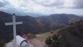 Vista aerea di stupore delle montagne pittoresche nel Cipro, grande incrocio commemorativo stock footage