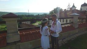 Vista aerea di tenersi per mano dello sposo e della sposa Coppie felici della persona appena sposata che indossano i vestiti trad stock footage