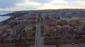 Vista aerea di traffico pigro sul viale della città nel tempo di tramonto nel fine settimana stock footage