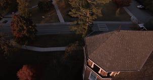 Vista aerea di tramonto delle case del centro della città in Maryville, Tennessee, istituto universitario 4k di U.S.A. Maryville stock footage