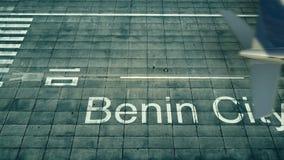 Vista aerea di un aeroplano che arriva all'aeroporto di Benin City Viaggio alla rappresentazione della Nigeria 3D Immagine Stock
