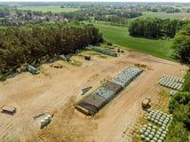 Vista aerea di un campo dell'azienda agricola, vista diagonale di grande mucchio del silaggio Fotografia Stock