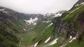 Vista aerea di un canyon dell'alta montagna nelle montagne alpine archivi video