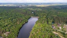 Vista aerea di un fiume con la diga immagini stock