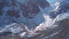 Vista aerea di un ghiacciaio pezzi enormi di ghiaccio e di roccia congelati, vista superiore archivi video