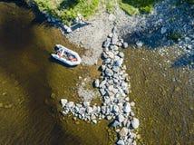 Vista aerea di un'imbarcazione a motore di pesca nel lago Bello paesaggio di estate con le navi Chiara acqua con la spiaggia sabb immagine stock libera da diritti