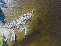 Vista aerea di un'imbarcazione a motore di pesca nel lago Bello paesaggio di estate con le navi Chiara acqua con la spiaggia sabb fotografia stock libera da diritti