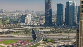 Vista aerea di un'intersezione della strada in un grande timelapse della città video d archivio