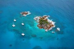 Vista aerea di un'isola di paradiso con le barche Fotografie Stock Libere da Diritti