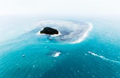 Vista aerea di un'isola in oceano Immagine Stock Libera da Diritti
