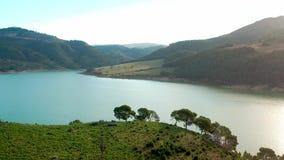 Vista aerea di un lago archivi video