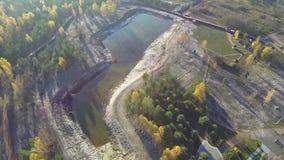 Vista aerea di un lago di autunno in foresta con una vista di occhio dell'uccello video d archivio