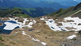 Vista aerea di un lago naturale alpino durante la stagione primaverile Fusione della neve Alpi italiane L'Italia archivi video