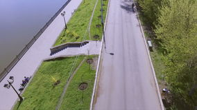 Vista aerea di un parco e di un lago della città La gente che ha resto all'aperto archivi video