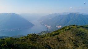 Vista aerea di un percorso che conduce a Monte Boletto, alpi, vicino al lago Como Como, Brunate, Lombardia, Italia Immagine Stock Libera da Diritti