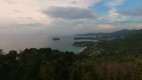 Vista aerea di un tramonto nel paesaggio della montagna di agricoltura dell'albero forestale Fotografie Stock