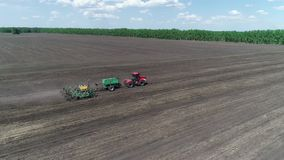 Vista aerea di un trattore con una piantatrice che si muove con il field_1 video d archivio