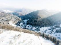 Vista aerea di un villaggio nell'inverno immagini stock libere da diritti